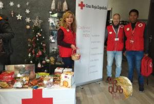 Voluntarios de Cruz Roja recogiendo nuestro Paleotrueque solidario de comida navideña. Arqueopinto.