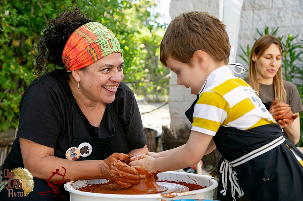Feria Prehistórica, taller de cerámica a torno. Niño modelando sobre el torno.